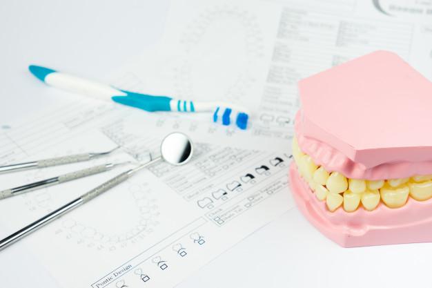 denture-dla-stomatologicznego-na-bielu_117856-895
