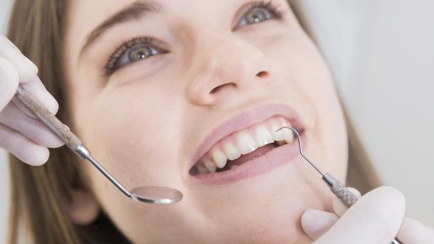 kobieta-ma-zeby-egzamininujacych-przy-dentystami_23-2147879263