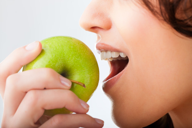 mloda-kobieta-gryzie-swieze-i-zdrowe-jablko_79405-8724