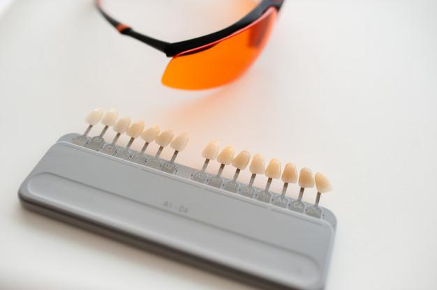 produkcja-protez-i-implantow-probki-falszywych-kolorow-zebow_88340-1067