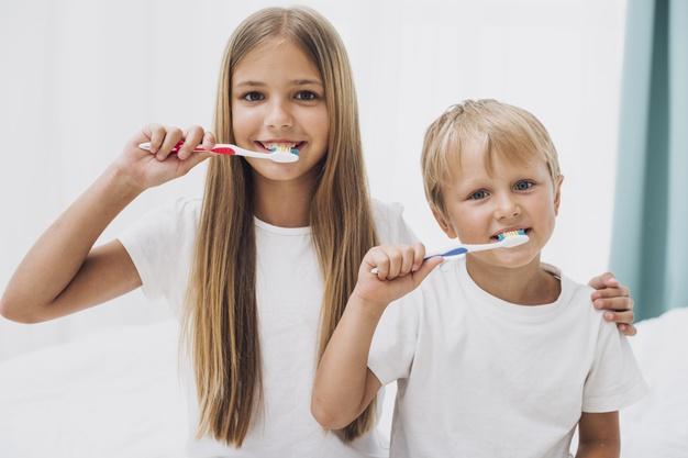 rodzenstwo-myje-zeby-razem_23-2148277197