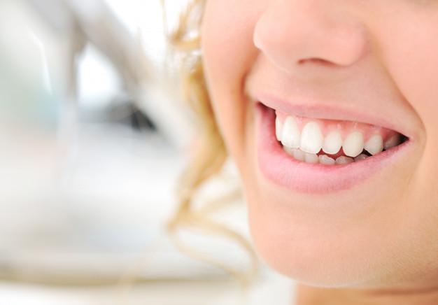 zdrowe-zeby-piekny-usmiech-mloda-kobieta_21730-8411