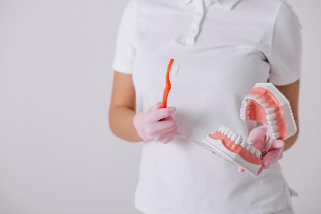 zenski-dentysta-z-dentystycznymi-narzedziami-odizolowywajacymi_1303-13201