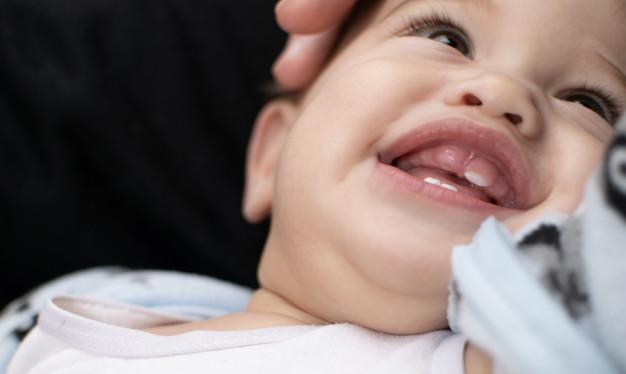 Pierwsze ząbki niemowlaka.